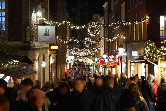 Menschenmassen auf dem Weihnachtsmarkt Aachen