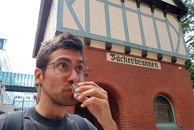 Ich vor dem Wiesbadener Bäckerbrunnen