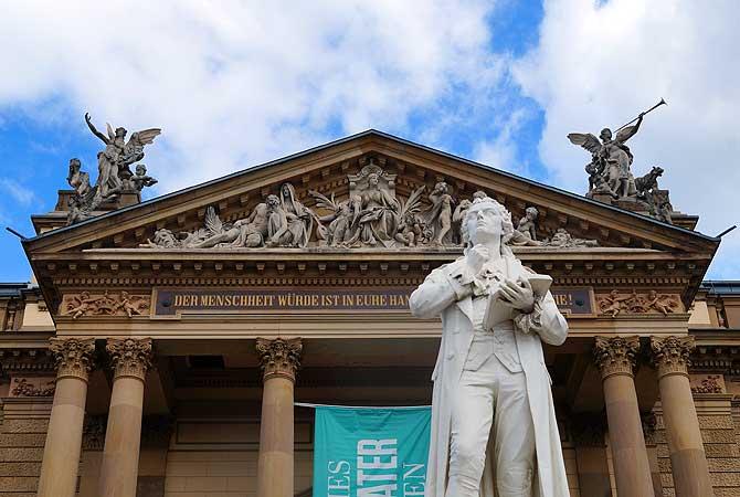 Schiller-Denkmal vor dem Theater