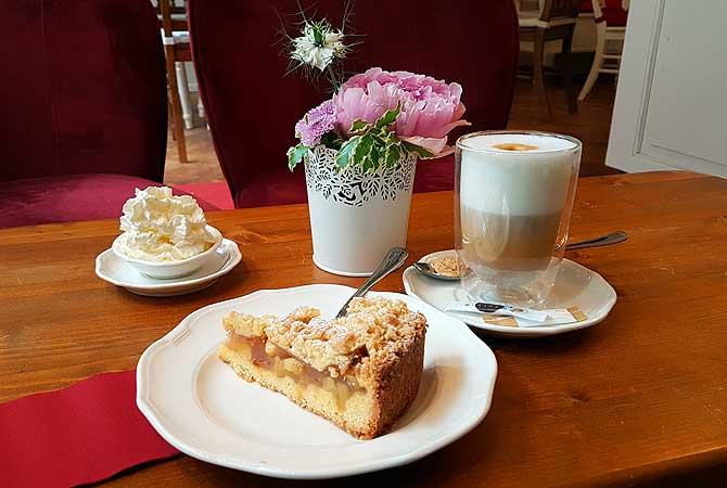 Kaffee und Kuchen zwischen Blumen