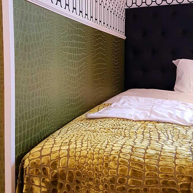Bett im Zimmer des Hotels Klemm