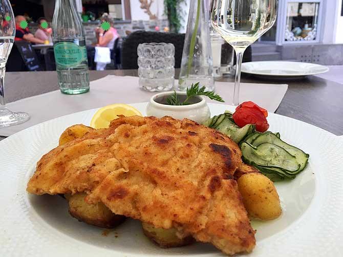 Schnitzel mit Bratkartoffeln im Weinhaus Kögler