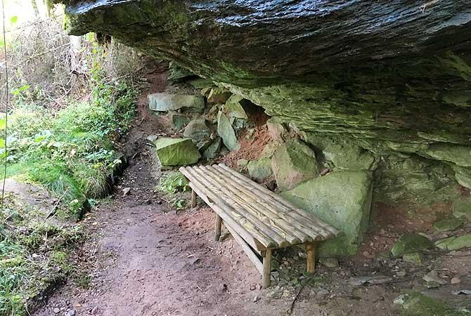 Parkbank mit Natursteindach