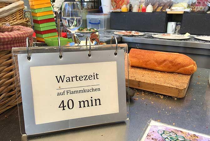 Weinberg Winzer Flammkuchen und Wein