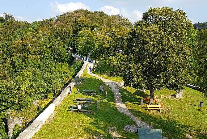 Aussicht auf das Gelände von Burg Helfenstein