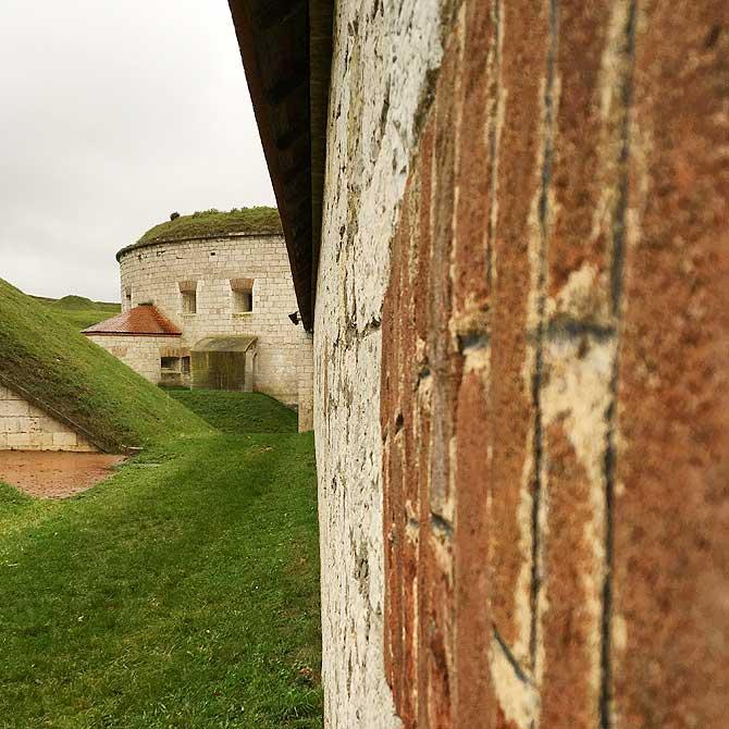 Dicke Mauern schützen das KZ