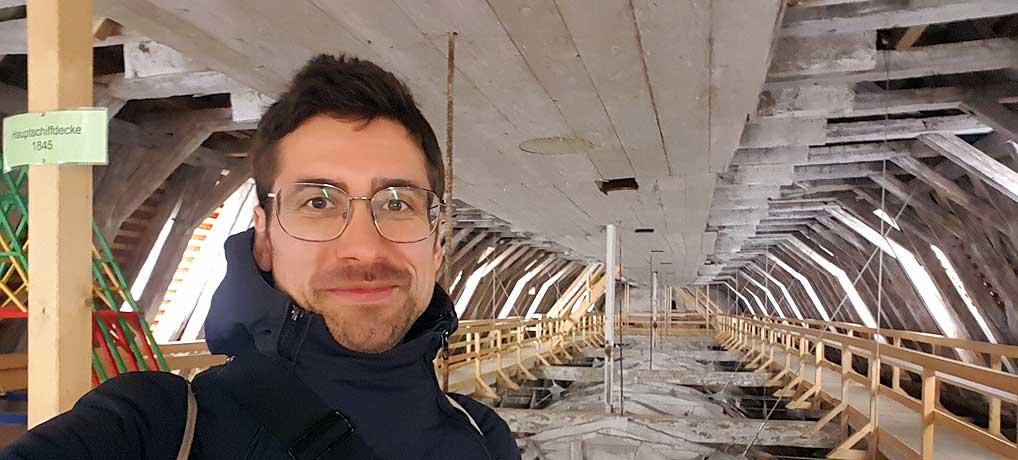 Ich im Dachstuhl nach der Turmbesteigung des Martinsturms in Memmingen