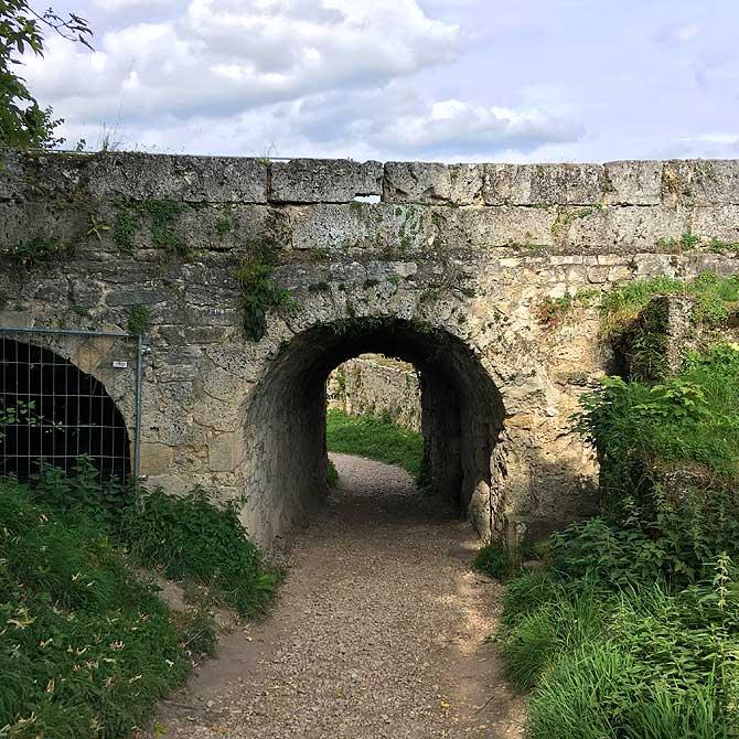 Tor der Burgruine Hohenurach