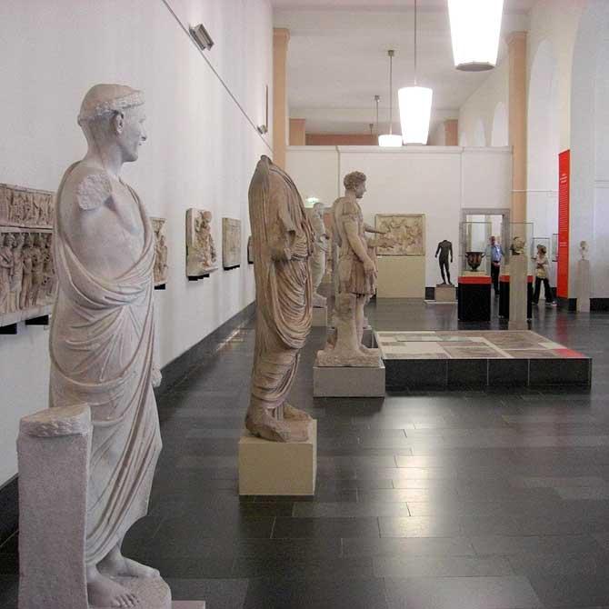 Ausstellung mit Skulpturen
