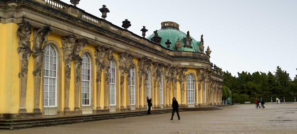 Schloss Sanssouci in Potsdam ist eine der beliebtesten Sehenswürdigkeiten bei Berlin