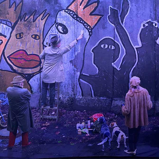 Senior streicht die Berliner Mauer