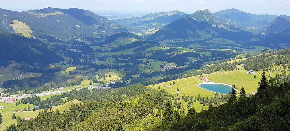 Ausblick von Oberjoch zum Berg Iseler mit Bad Hindelang