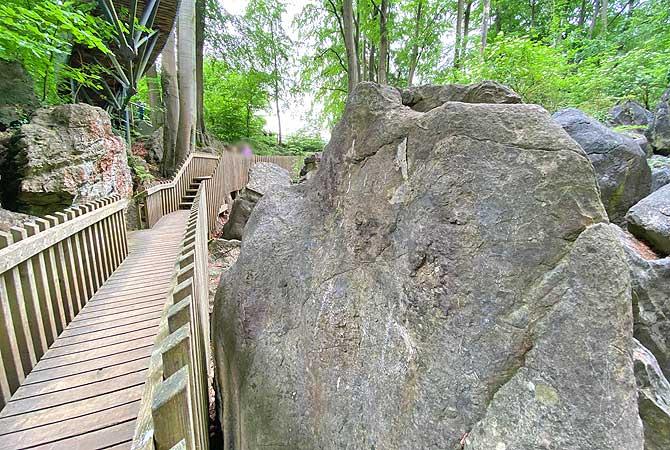Wandern auf dem Weg im Hemer Felsenmeer