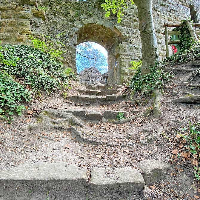 Eingang zur Burgruine Blankenhorn