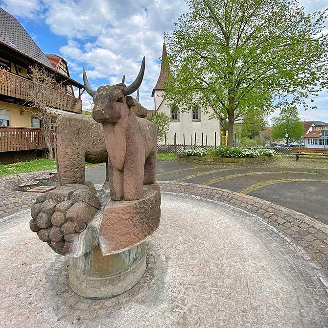 Ochsenbach Brunnen vor der Kirche