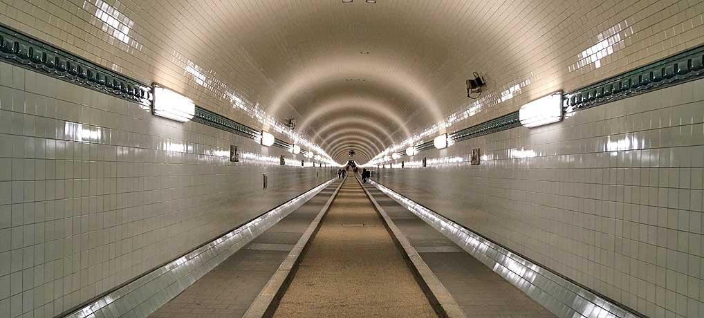 Der Alte Elbtunnel von St. Pauli nach Steinwerder gehört zu den beliebtesten Sehenswürdigkeiten in Hamburg