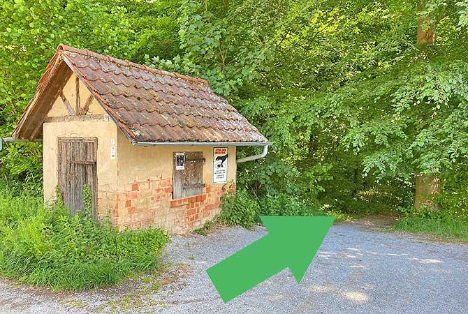 An dieser Hütte geht es rechts in den Steinheimer Wald