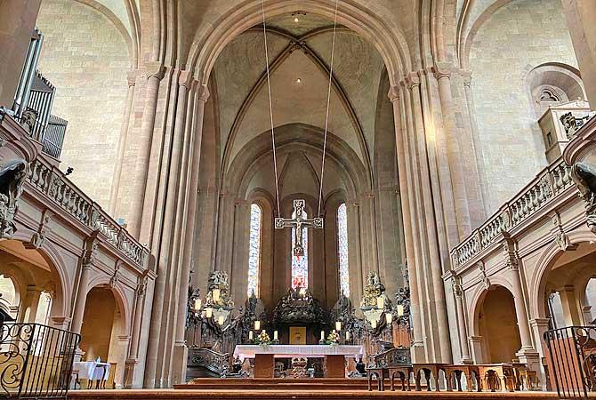 Mainzer Dom von innen mit Altar