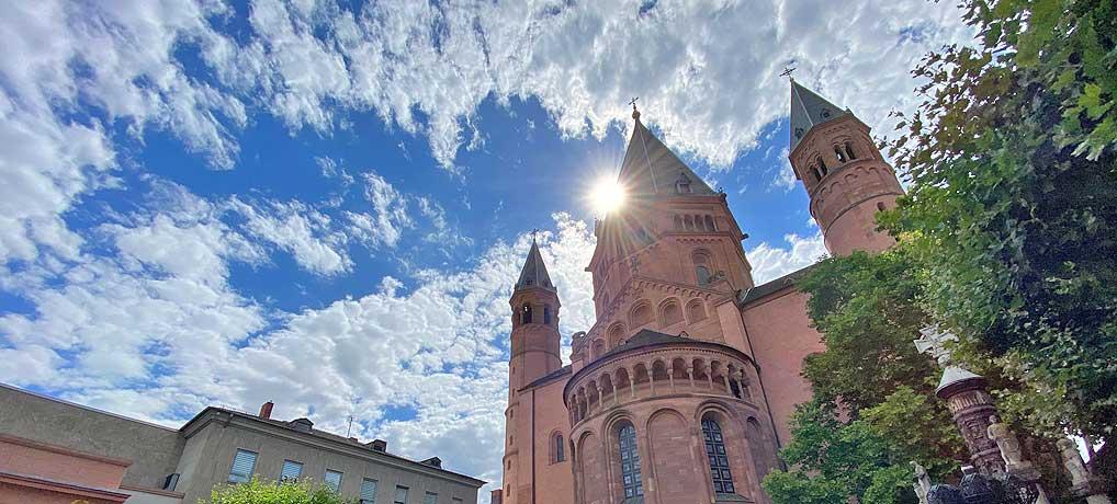 Dein Deutschland Reiseblog vor dem Mainzer Dom, einer der top Sehenswürdigkeiten der Stadt
