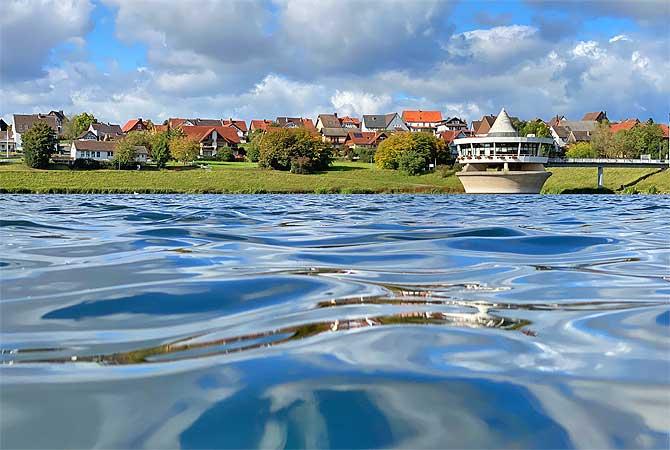 Das Cafe im See bei Bad Arolsen trägt seinen Namen zurecht