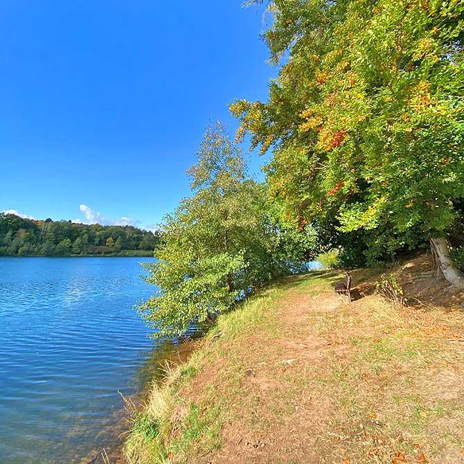 Direkt am See gibt es etwas Waldweg