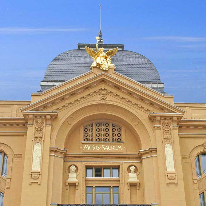 Theater Gera mit blauem Himmel