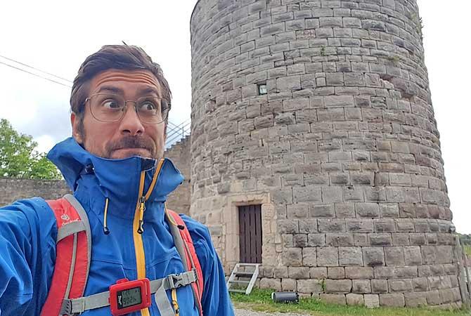 Dein Deutschland Reiseblog vor dem Bergfried-Turm von Schloss Ebersberg