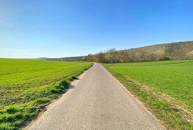 Weiter Feldweg