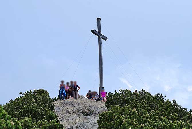 Gipfelkreuz auf rund 1700 Metern Höhe