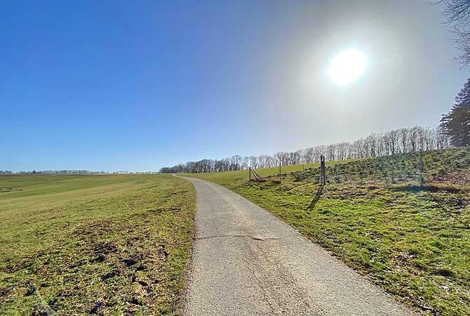Weiter Feldweg nach Großhöchberg
