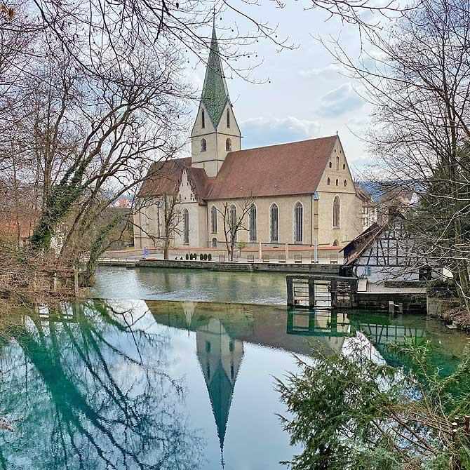 Kloster Blaubeuren mit dem Blautopf im Vordergrund