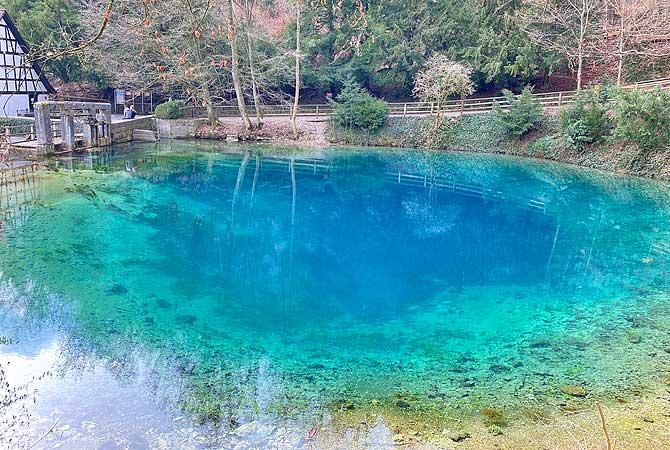 Türkises Wasser im Blautopf Blaubeuren