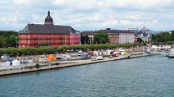Haus am Rheinufer in Mainz