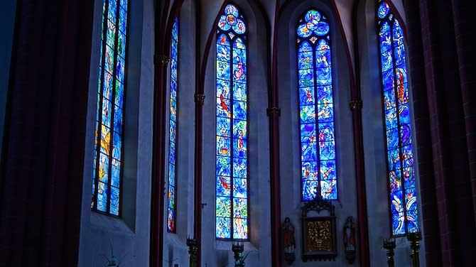 Blaue Chagall Fenster in Mainzer Kirche